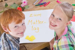 Kinder malen ein Bild zum Muttertag